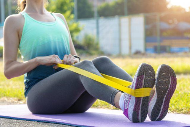 Ako na posilnenie hornej polovice tela? Vyskúšajte cviky s posilňovacou gumou