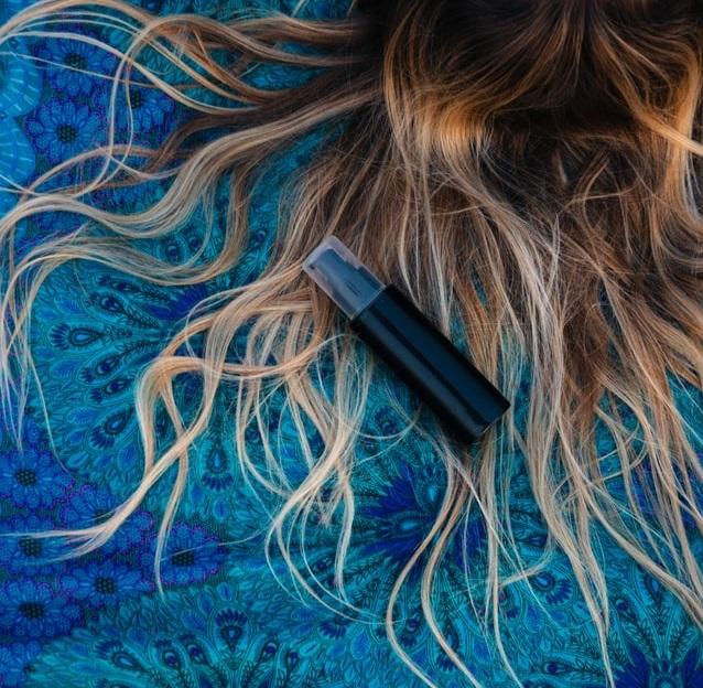 Za nádherne lesklými vlasmi často netreba hľadať žiadnu vedu. Na začiatok sa musíme naučiť vlasy správne umývať.