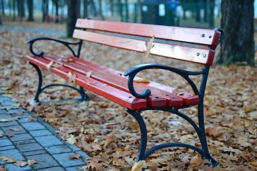Záhradné lavičky do parku alebo do záhrady