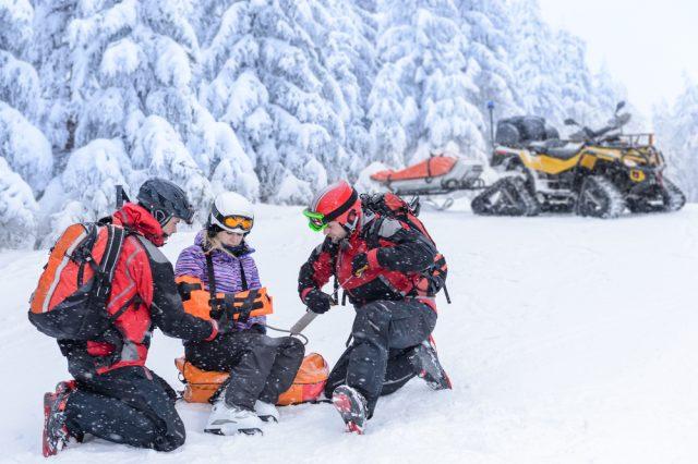 Snežné skútre aštvorkolky pomáhajú záchranárom